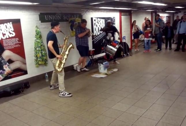 Невероятные ребята играют в нью-йоркском метро